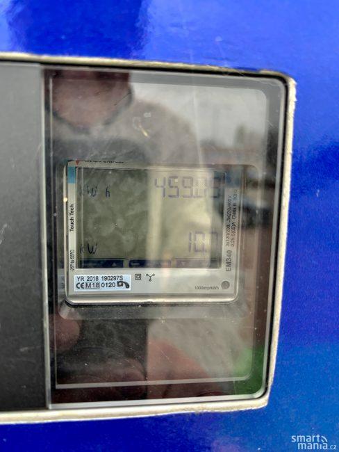 Jde o pomalou nabíječku. Maličký displej ukazuje, že do auta teče 10,7 kW. Důležité je, že po předchozím DC nabíjení pomůže palubní nabíječka vyvážit články a baterii nebude vadit další rychlé nabíjení.