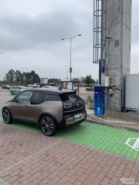 Nabíjecí stanice dnes najdete u většiny obchodních center. Je zajímavé, že právě v Brně má nabíjecí stánek Pražská energetika.