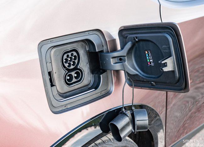 7 vrchních zdířek slouží pro nabíjení střídavým proudem a pro komunikaci vozidla s nabíječkou. Dvě spodní zdířky jsou viditelně větší. Jimi teče stejnosměrný proud. Při 50 kW rovných 125 A.