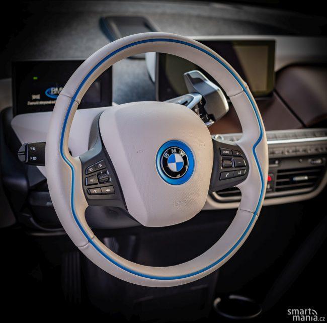 I volant je v tomhle autě futuristický.