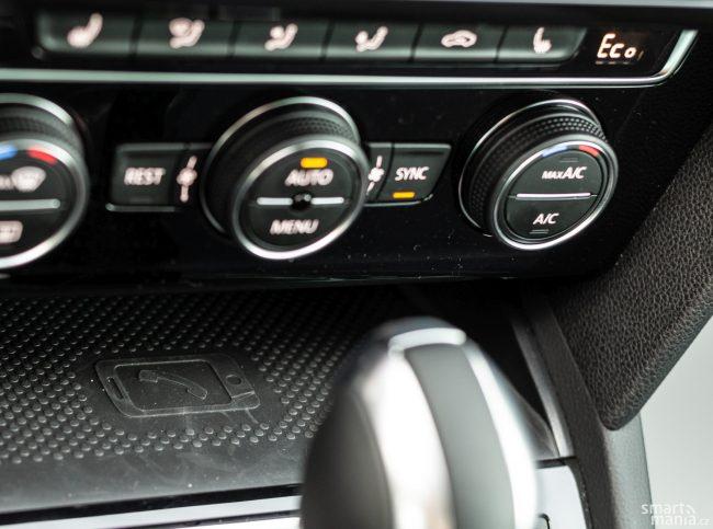 Klíč nepotřebujete ani k nastartování vozu. Příslušný mobil stačí vložit na toto místo, pomocí NFC si vůz ověří, zda jste to skutečně vy. Mobil se vybít nemůže, protože se zde zároveň indukčně nabíjí.