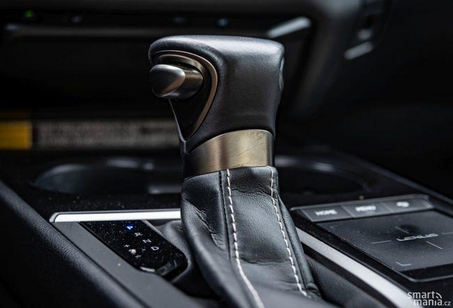 Zpracování interiéru je vzorové. Neřekli byste, že UX je vstupním modelem značky Lexus.