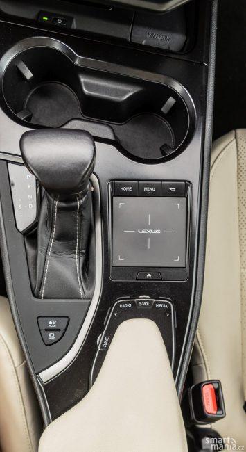 Touchpad není pro ovládání v autě nejlepším řešením. Funkční klávesy u podpěry ruky ovládání vylepšují.