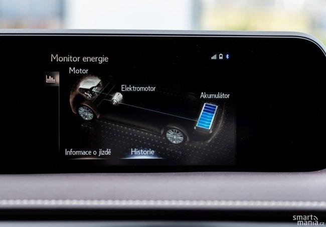 Displej umí zobrazovat podrobný stav hybridního systému.