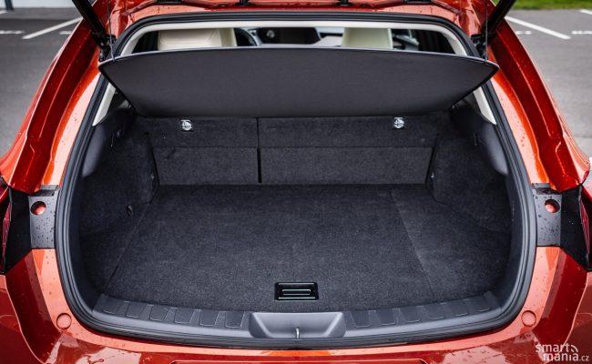 Kufr není velký, pro jednoho nebo dva ovšem stačí. Pod podlahou je navíc další úložný prostor.