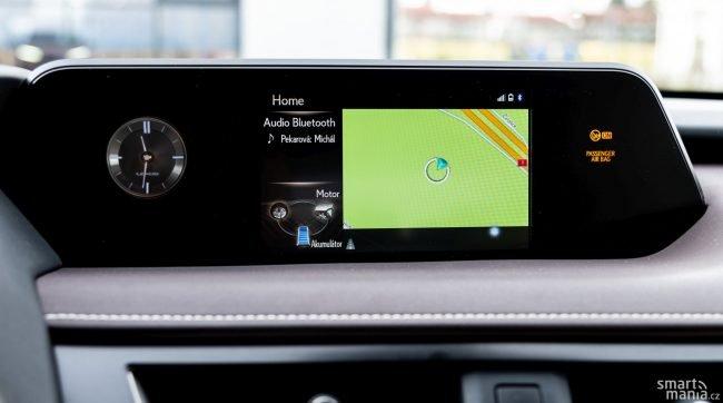 Displej zobrazí navigaci, informace o přehrávaném médiu i stav hybridního systému.