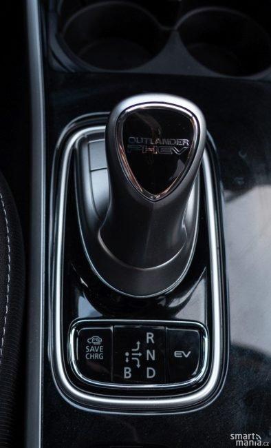 Řazení? To Outlander nezná. Má jen jednu rychlost. Volič automatu obsahuje i režim B, který nabízí několik úrovní rekuperace.