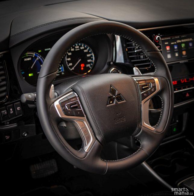 Za volantem Outlanderu se budete cítit dobře. Je to zkrátka velké a komfortní SUV.