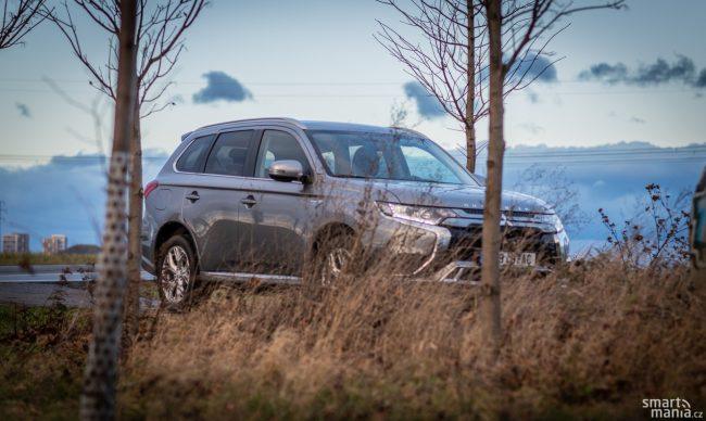 Outlander je doma v přírodě, ale díky možnosti jezdit bez emisí také ve městě.