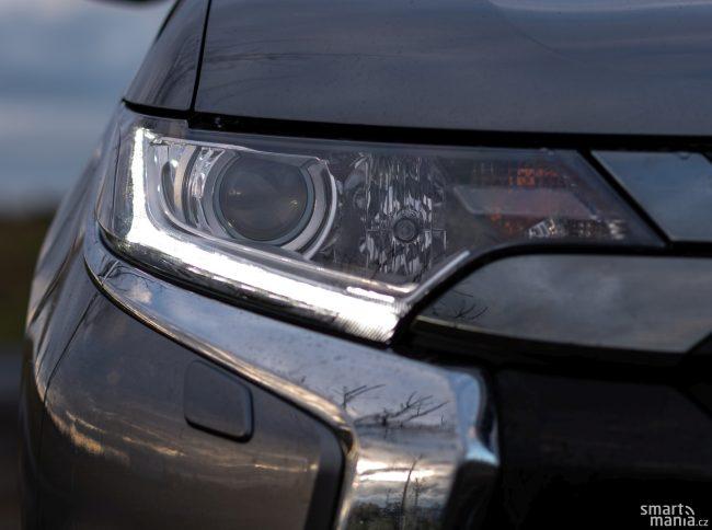 Ve vyšších výbavách sází Outlander na LED osvětlení.