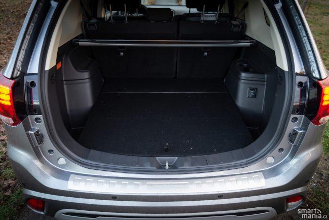 Baterie jsou umístěné pod podlahou vozu, kufr tedy zůstává téměř stejný, jako u verze se spalovacími motory. A je obrovský.