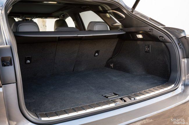 Baterie zabere nějaké místo, ale i tak má kufr slušných 539 litrů.