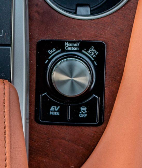 Tlačítkem EV aktivujete jízdu čistě na elektřinu.