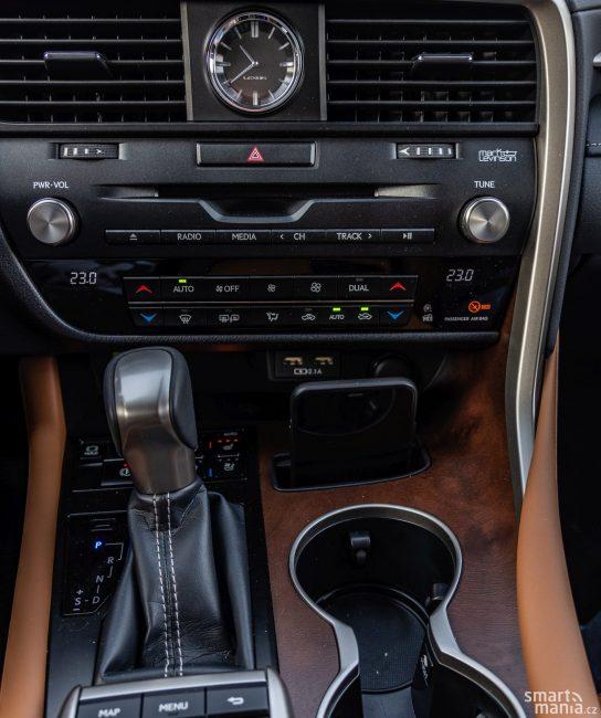 I když je displej dotykový, zůstalo v autě hodně fyzických tlačítek.