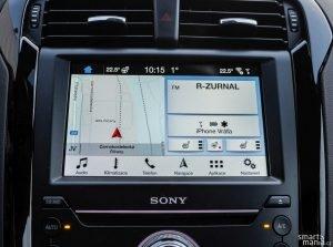 Na úvodní obrazovce můžou běžet widgety. Vidíte tak navigaci, audio, ale třeba i vyhřívání sedadel.