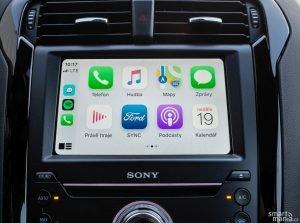 Nechybí Apple CarPlay, ani Android Auto. Ale jen po kabelu.