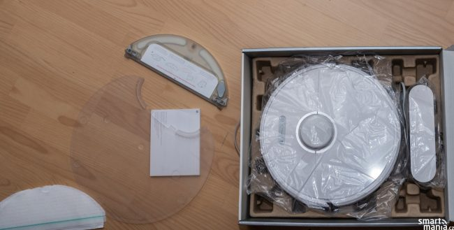 V balení najdete i plastovou podložku k dokovací stanici. Když se vysavač vrátí s mokrým mopem, aby vlhkost nepronikala do podlahy.