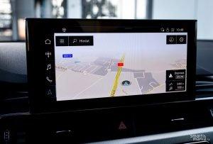 Integrovaná navigace pracuje bleskově, je připojená k internetu a vůbec je lepší, než co od integrované navigace čekáte.