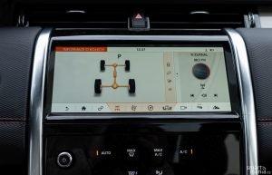 Displej infotainmentu v terénu pomáhá. Zobrazuje režim pohonu a na jedno kliknutí můžete aktivovat chytré asistenty pro jízdu v terénu.
