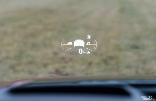 Headup displej ukazuje i informace o jízdě v terénu. Oči tak stále sledují okolí vozu.