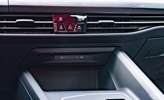 Golf sází už jen na USB-C. Kastlík pod těmito porty ovšem nabízí bezdrátové nabíjení. Zároveň je to právě to kouzelné místo, kde stačí položit správně nakonfigurovaný Samsung a aktivuje se také zapalování, tudíž s autem můžete odjet.