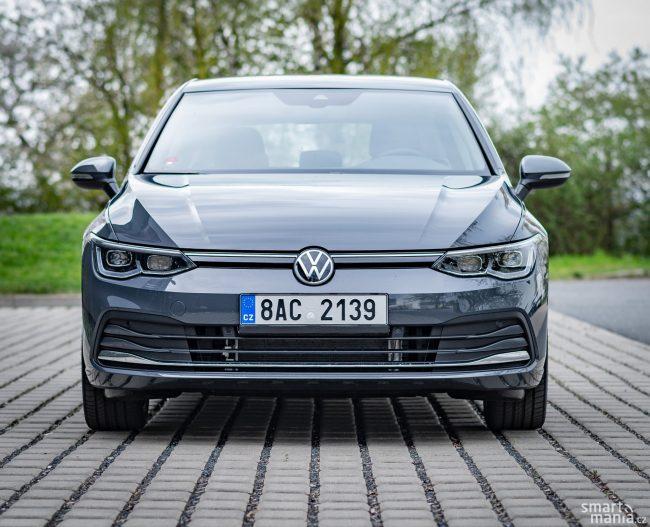I výrazné uzavření přední části vozu připomíná elektromobily.