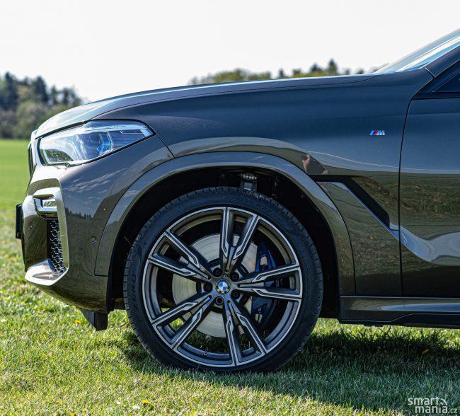 Přenos výkonu na vozovku není problém. Poháněna jsou samozřejmě všechna kola. Přední pneumatiky jsou široké 275 mm.