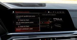 BMW umí číst dopravní značky a podle toho přizpůsobuje jízdu. A to včetně značek Stop, Dej přednost v jízdě nebo semafory. Funkce v České republice bohužel není aktivní.