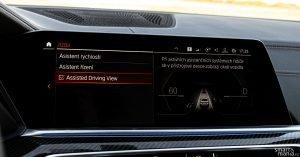 Když auto řídí samo, ukazuje okolní provoz. Řidič tak může sledovat, jestli okolní senzory vidí všechno.