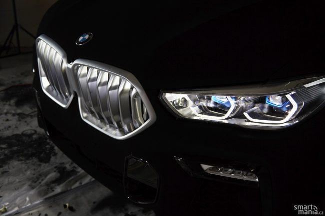 """X6 si umí pohrávat se světlem jako málokteré auto. Nabízí třeba podsvícení """"ledvinky""""."""