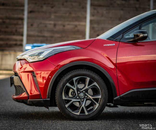 """Podvozek Toyoty není ošizený a používá poctivou techniku. I díky tomu je na 18"""" kolech komfortní, zároveň dobře drží stopu."""