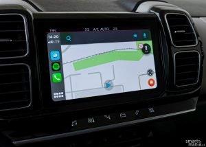 Nechybí Apple CarPlay a Android Auto.
