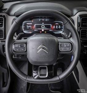 Volant má nepravidelný tvar. Řadit lze i pádly.