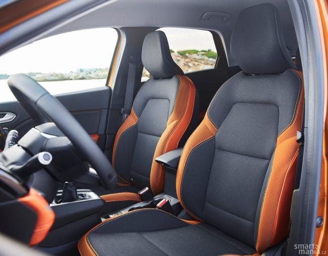 Interiér je prostornější, než byste u takového auta čekali.