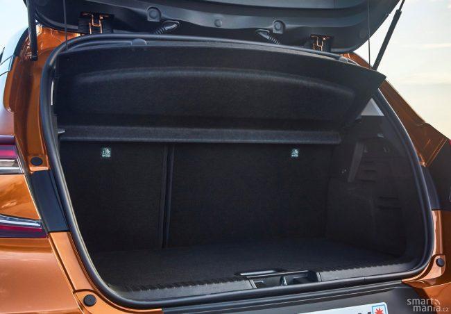 U malého crossoveru o velký kufr obvykle nejde. Zadní lavici můžete posunout vpřed.