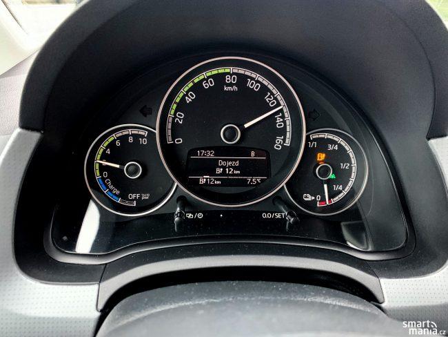 Z auta vymáčknete 130 km/h. Ale pravý ukazatel baterie pak letí rychle dolů.