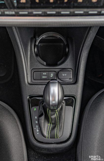 Obsluha elektromobilu je tak jednoduchá. Převodovka samozřejmě neřadí. Elektromobil má jen jednu rychlost.
