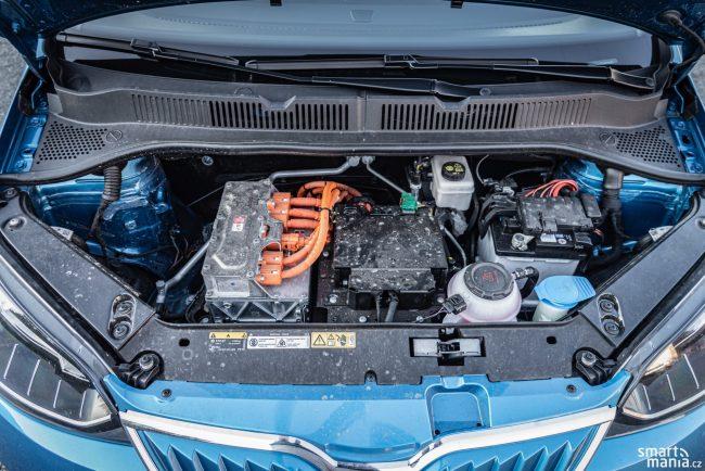 Místa není nazbyt. Elektromotor se musí vejít tam, kde běžně bývá litrový motor.