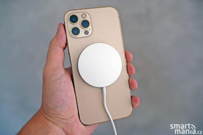 iPhone 12 Pro s MagSafe nabíječkou