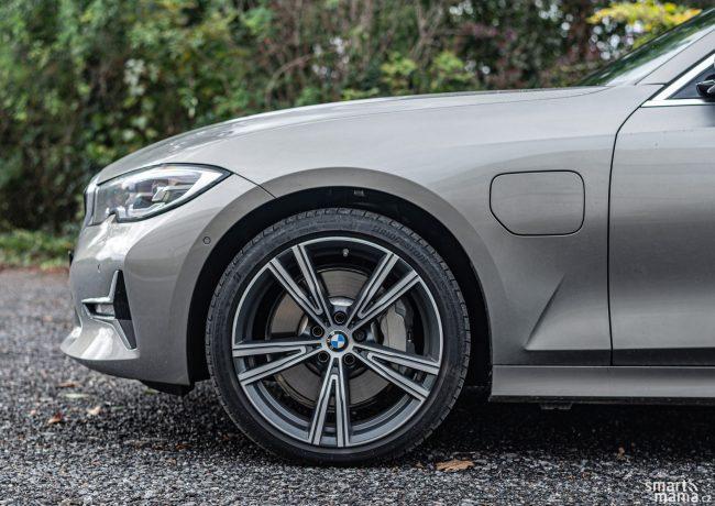 Krytka dobíjecí zásuvky v levém předním blatníku je jasným rozpoznávacím znamením plug-in hybridního BMW.