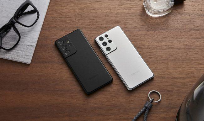 Samsung Galaxy S21 Ultra v černé a bílé barvě