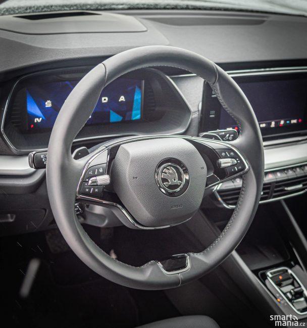 Všimli jste si, že volant je jen dvouramenný?