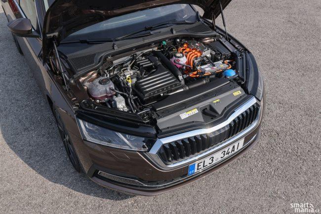 Benzinový turbomotor a elektromotor se skvěle doplňují. A když na to šlápnete, auto umí vystřelit vpřed.