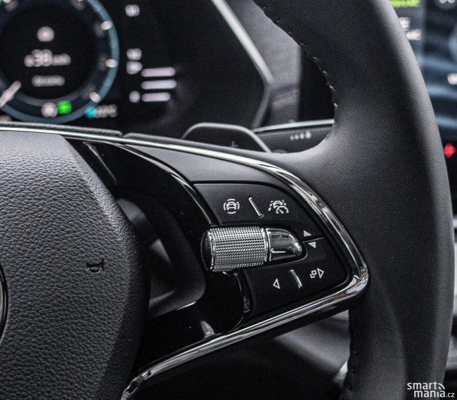 Tlačítkem vpravo nahoře na volantu aktivujete Asistovanou jízdu 2.0.