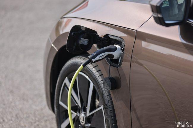 Kdo nemá možnost často a dlouho nabíjet, pro něj nemá iV smysl. Pokud tu možnost máte, je iV lepší volba než benzin nebo nafta.