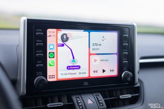 Infotainment je trochu oldschoolový, ale díky Apple CarPlay vám to může být jedno.