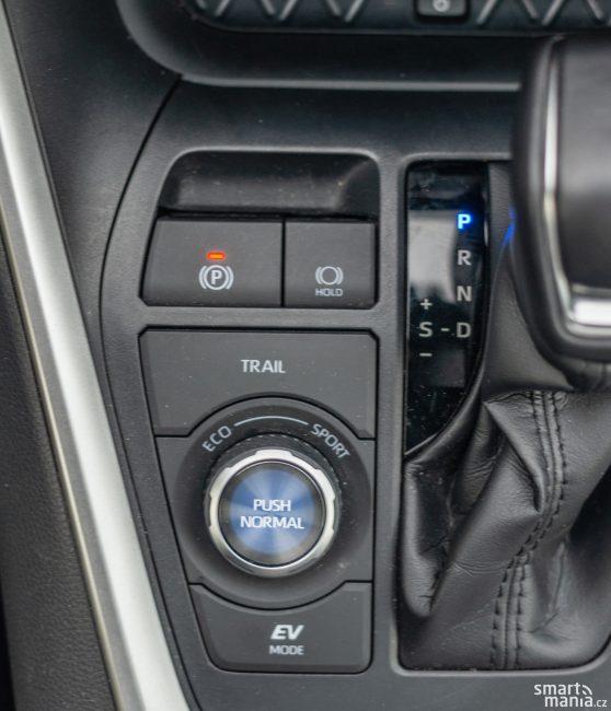 Řidič volí několik jízdních režimů. Do terénu, ekologický, sportovní nebo takový, kdy vůz jede jen na elektřinu.