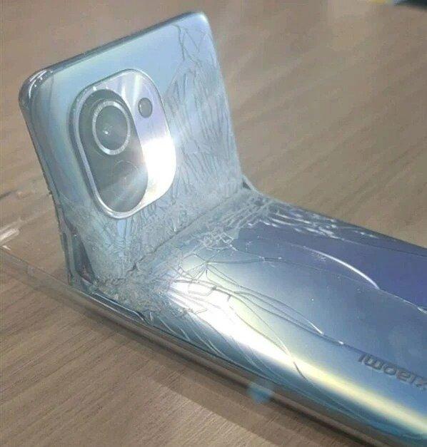 Zlomený smartphone Xiaomi Mi 11