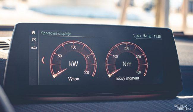 Výkon autu nechybí. Jeho aktuální hodnotu si můžete promítnout na displej infotainmentu.