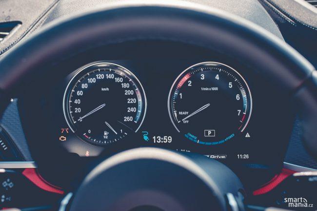 Rychloměr cejchovaný do 260 km/h je zbytečně optimistický. Maximálka nepřekročí 200 km/h.